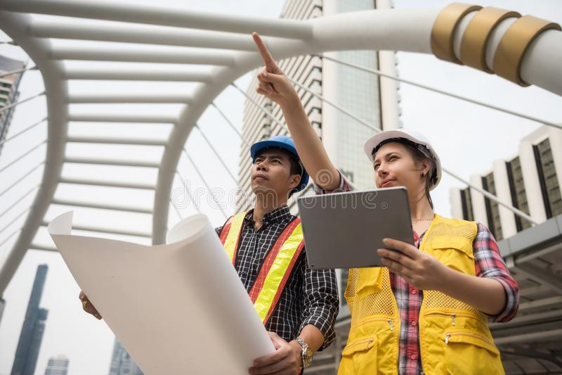 Светокопия команды инженера построенная проверкой в городе стоковое изображение