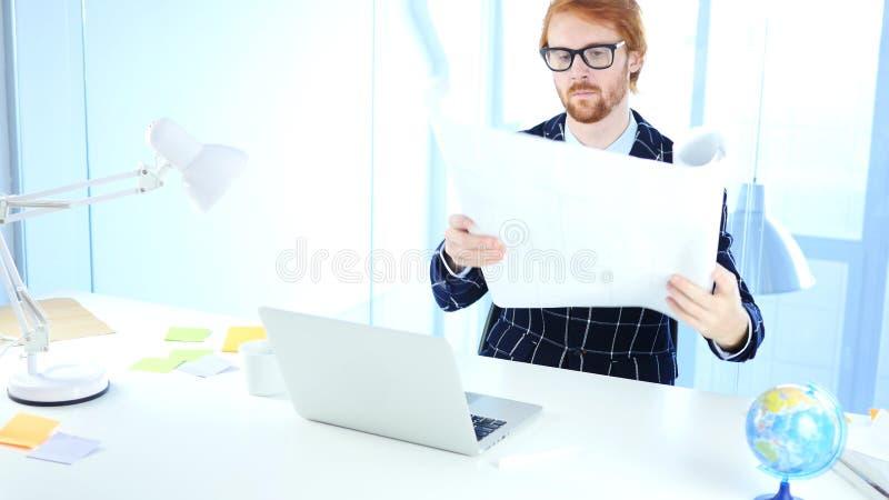 Светокопия отверстия инженера Redhead архитектурноакустическая, фрилансер Desginer стоковое фото