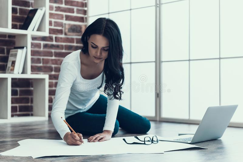 Светокопия чертежа архитектора молодой женщины дома стоковое фото rf