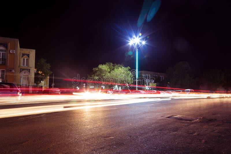 Светофоры и автомобили, долгая выдержка в движении Дорога ночи в городе заторов движения автомобилей светов стоковая фотография rf