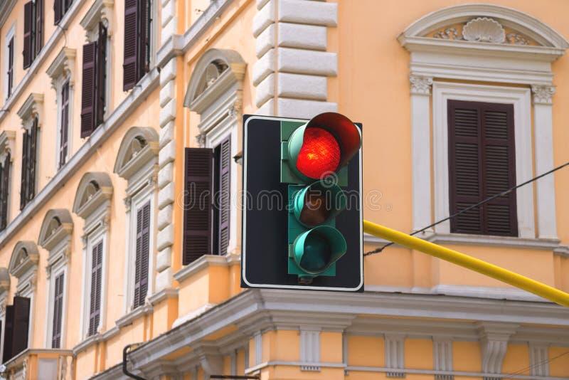 Светофоры на перекрестках города освещенный красный цвет стоковые фото