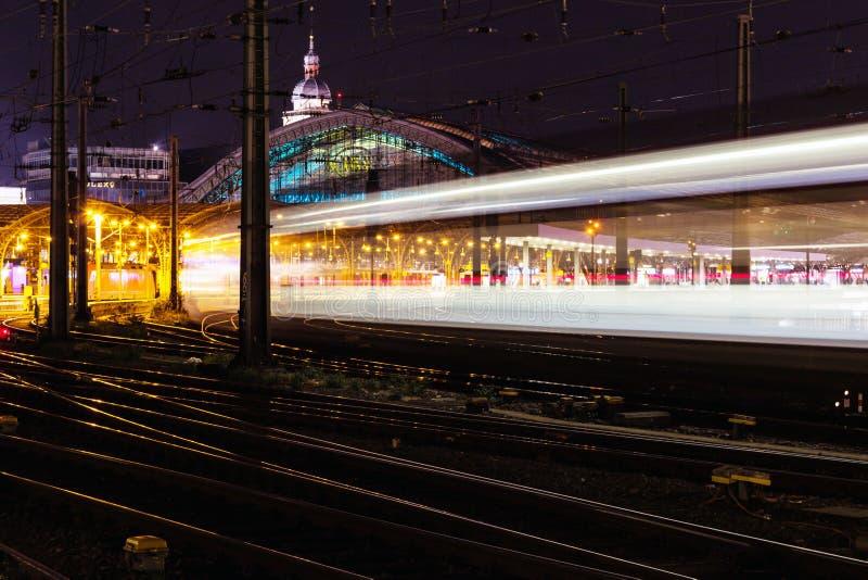 Светофоры ночи с трейсером, Кёльном, Германией стоковые фото