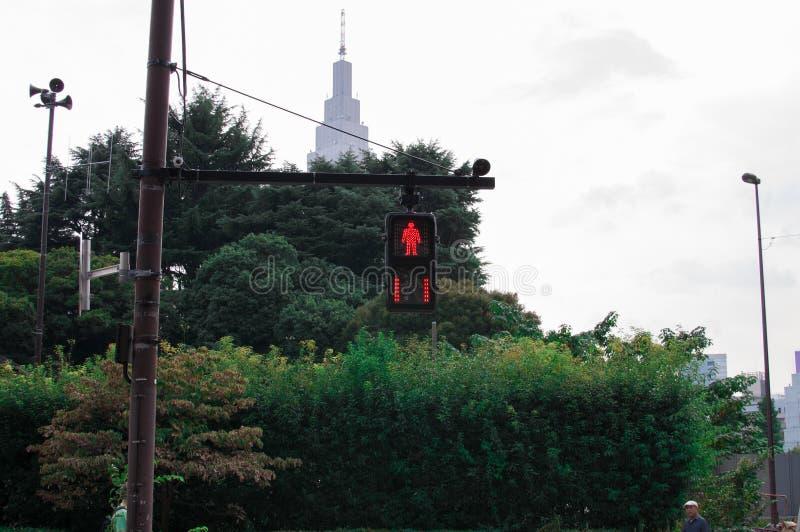 Светофор на красном цвете в Shinjuku, Японии Shinjuku расположено в централи Токио и обычно много людей вокруг стоковое изображение