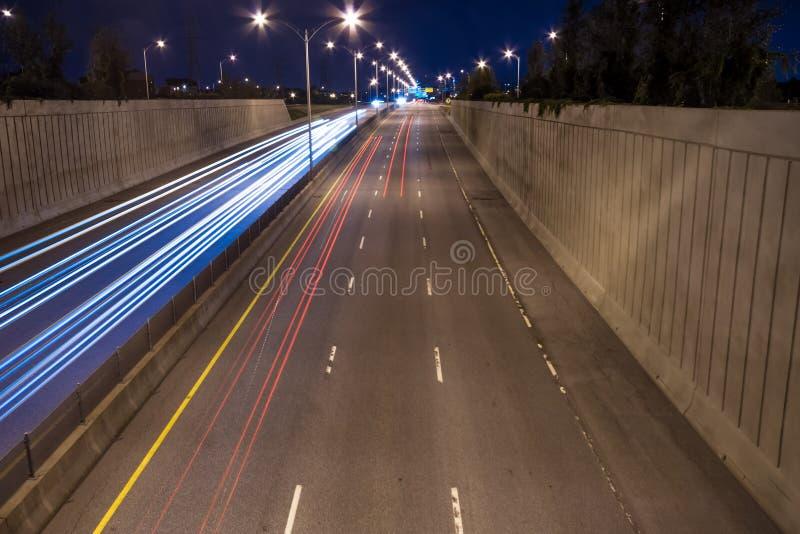 Светофор на хайвее на ноче. иллюстрация штока