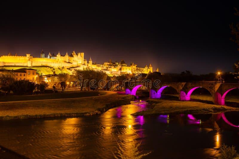Светящие средневековые ramparts и мост Carcassonne стоковая фотография