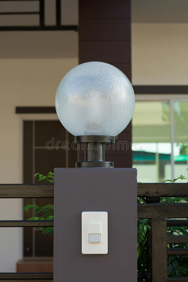 Светлая лампа на парадных ворота украшения жилых стоковые изображения rf