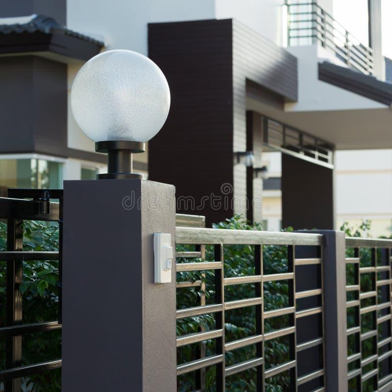Светлая лампа на парадных ворота украшения жилых стоковые фотографии rf