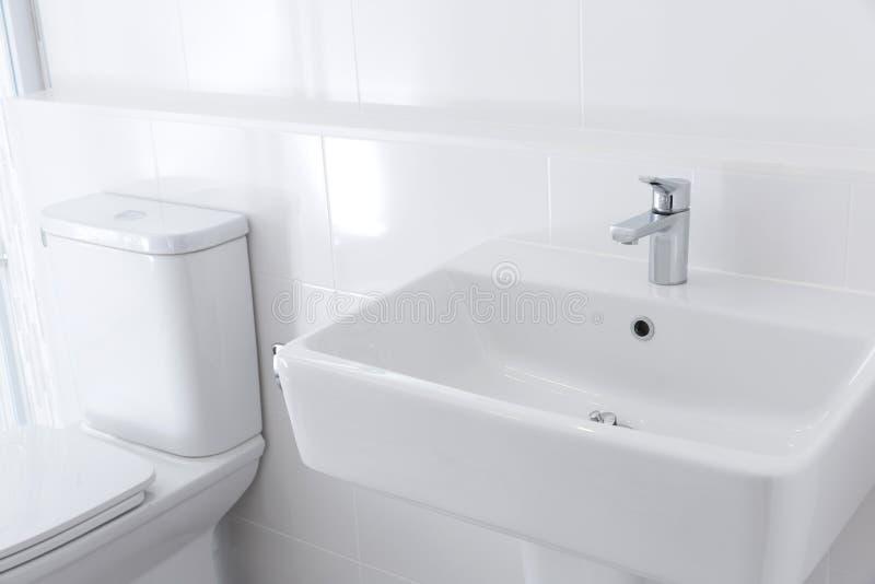 Светлая ванная комната стоковые изображения rf