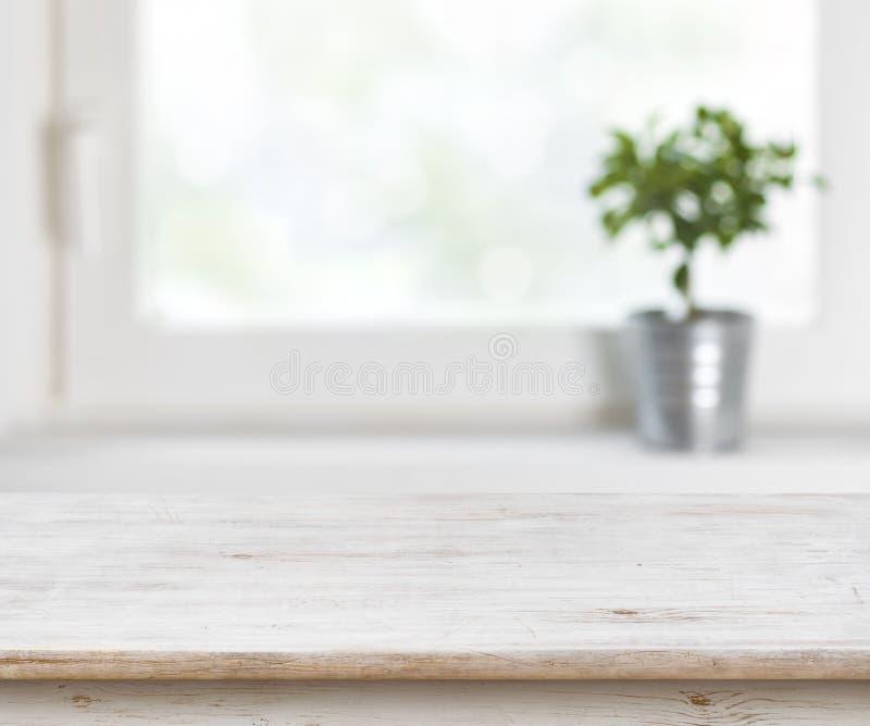 Светлая деревянная таблица текстуры на defocuced предпосылке окна лета стоковое фото