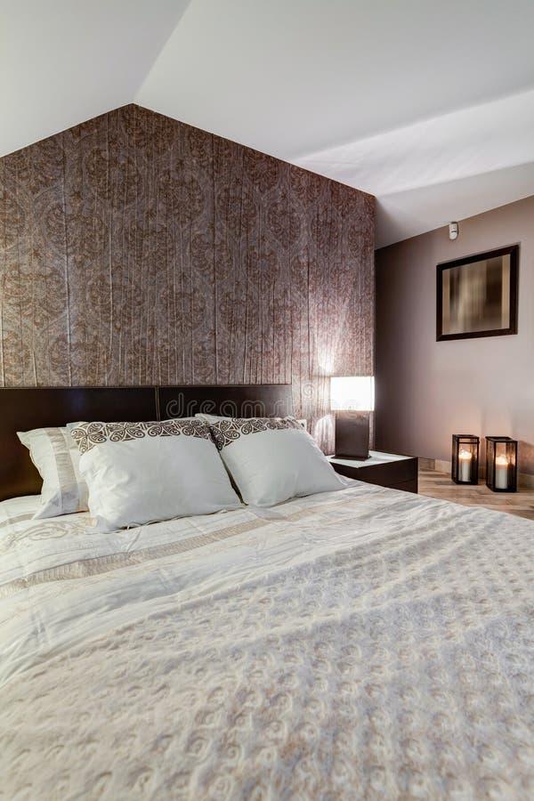 Светлая королевская кровать стоковые фотографии rf