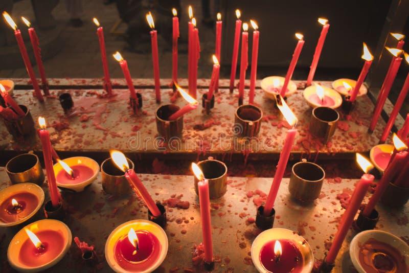 Светлая свеча горя ярко в черной предпосылке стоковое изображение rf
