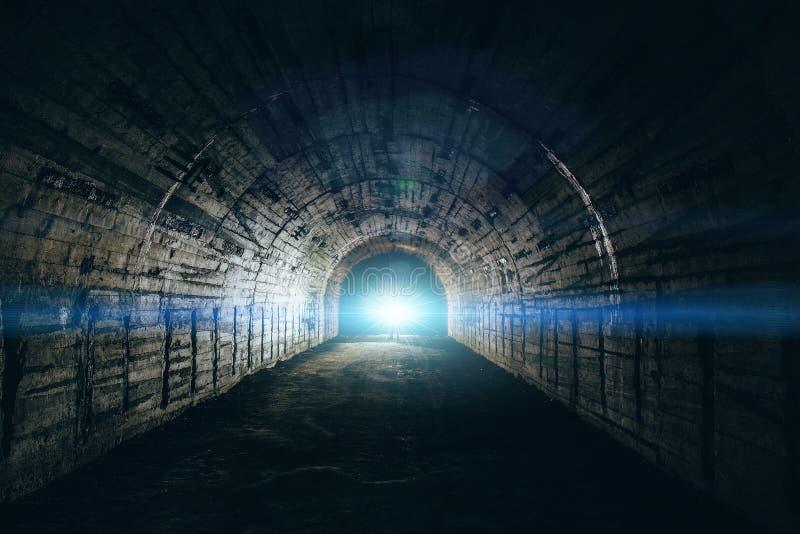 Свет в конце тоннеля Длинный подземный конкретный коридор в получившемся отказ бункере или ядерном укрытии стоковая фотография