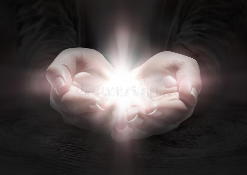 Свет в руках - помолите распятие стоковые изображения rf