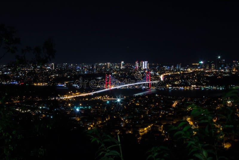 Свет города и взгляд ночи над Стамбулом, Турцией Мост мучеников 15-ое июля - brid Bosphorus стоковое изображение rf