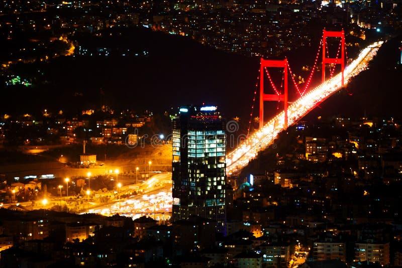 Свет города и взгляд ночи над Стамбулом, Турцией Brid Bosphorus стоковая фотография rf