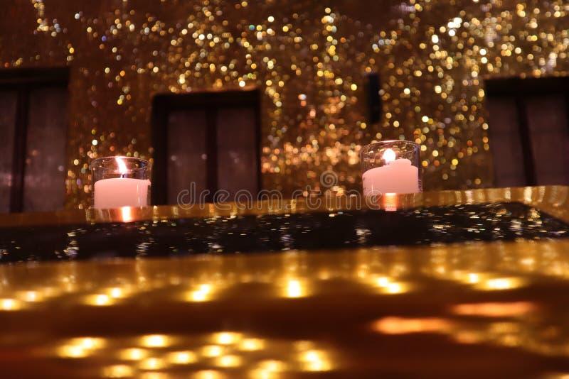 Свет горящей свечи в золотой комнате стоковое фото