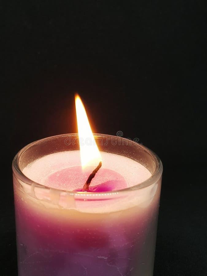 Свет горящей свечи в темном месте стоковое изображение rf