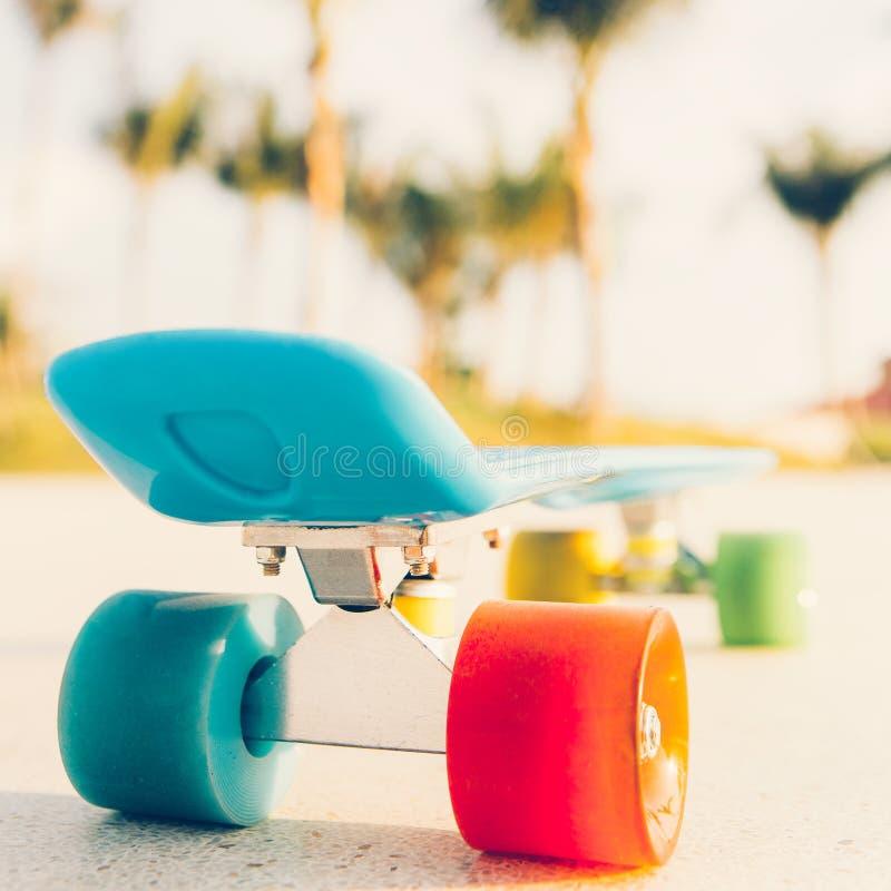 Свет - голубая доска пенни longboard с пестроткаными колесами готовыми стоковые фото