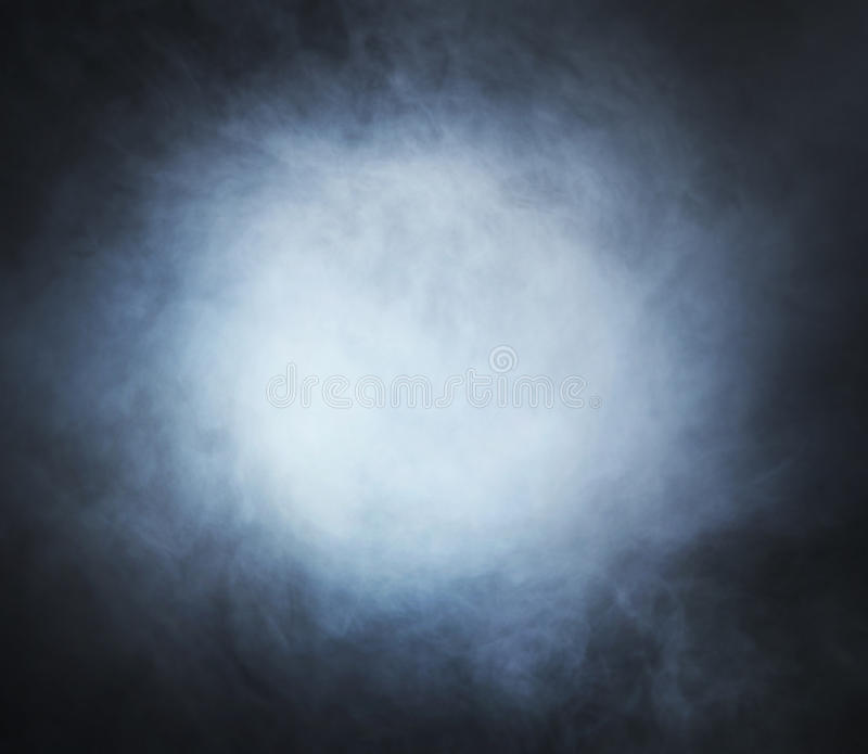 Свет - голубой дым на черной предпосылке стоковое фото