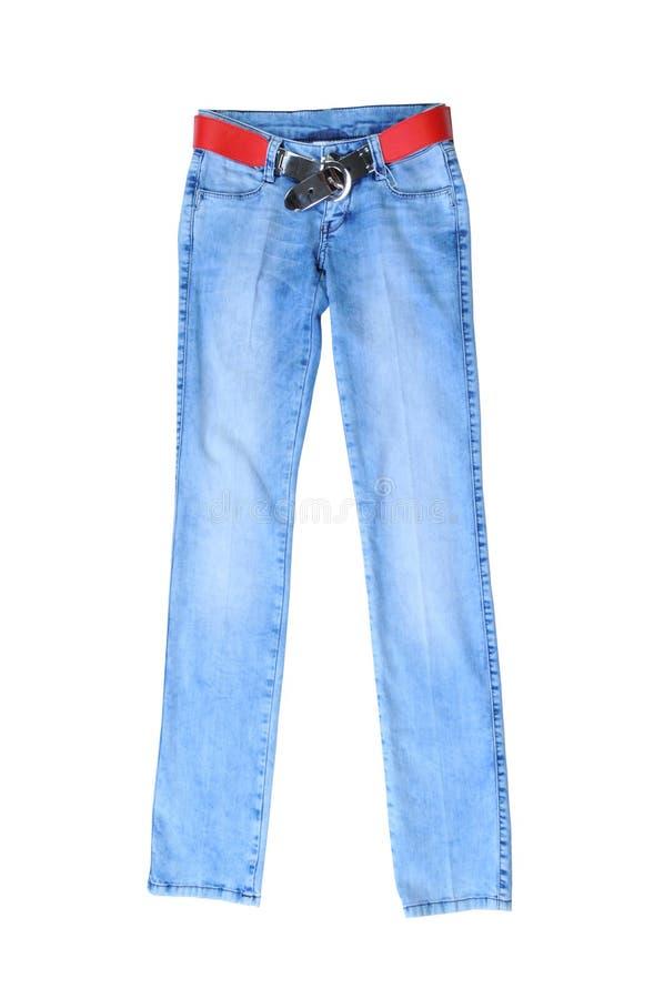 Свет - голубые джинсы женские при красный пояс, изолированный на белизне стоковое изображение