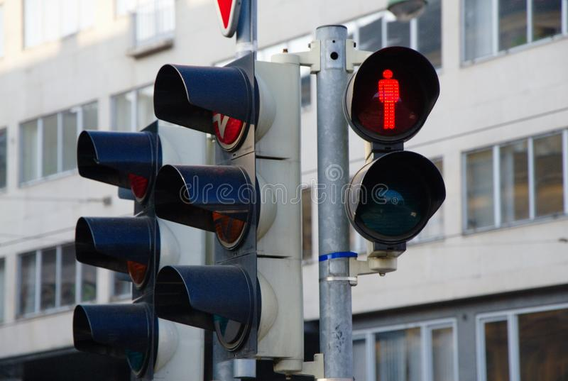Свет движения пешеходов показывая красный цвет и город на заднем плане стоковые фотографии rf
