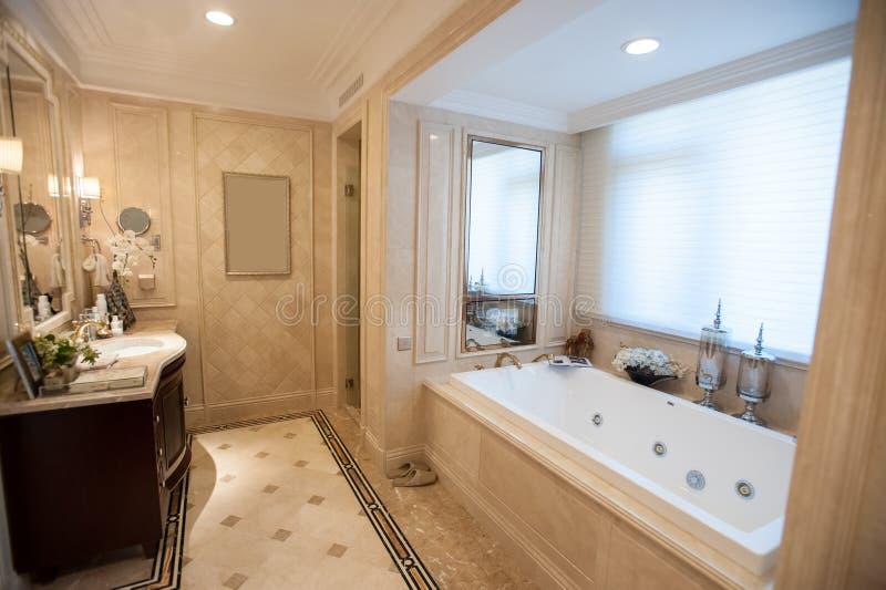 Свет - желтая мраморная ванная комната стоковое фото rf