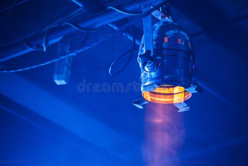 Свет желтого пятна над голубой предпосылкой стоковое фото rf
