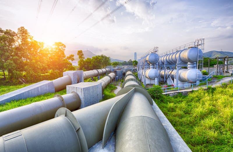 Свет зарева цистерны с водой нефтехимической промышленности стоковое фото rf