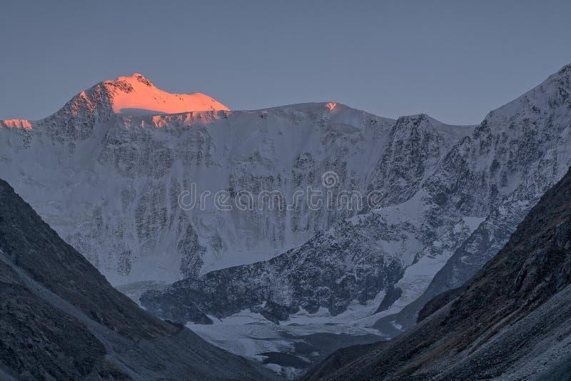 Свет захода солнца в горах и горе Belukha, Altai стоковые фото