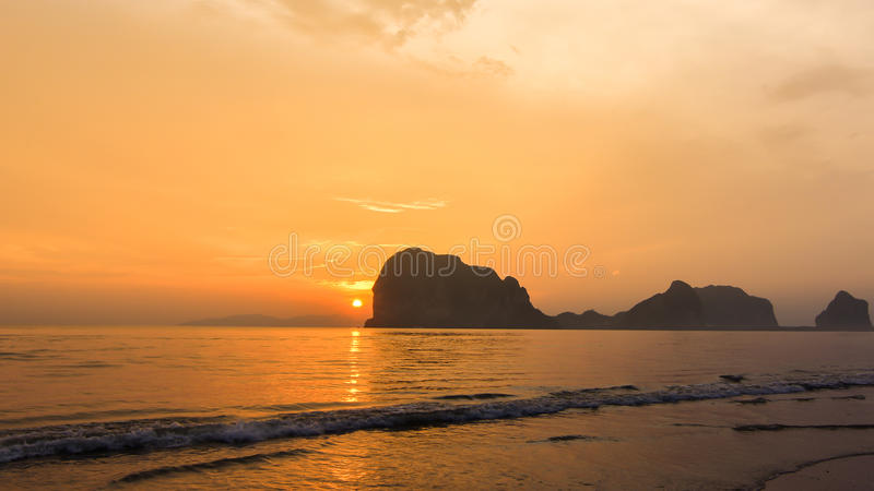 Свет и море захода солнца стоковые изображения rf