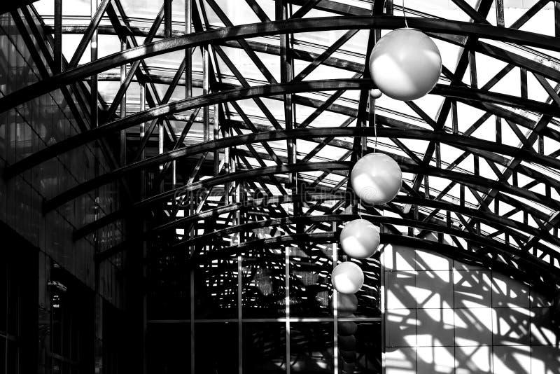 Свет и тень под куполом крыши стоковая фотография rf