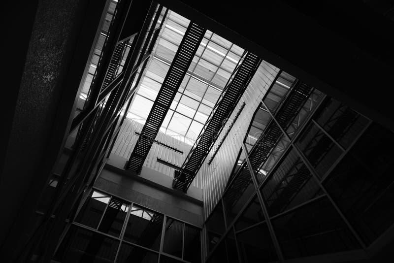 Свет и тень причиненные структурой архитектуры стоковые изображения rf