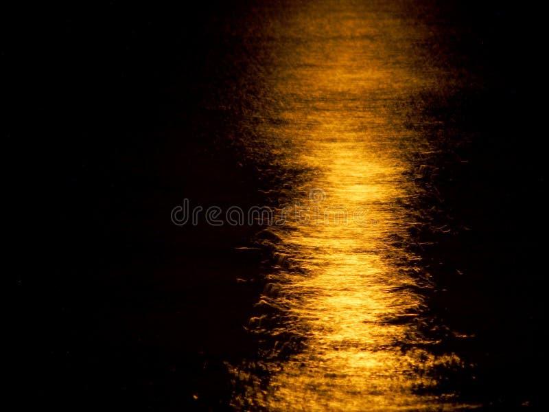 Свет луны отражает на океане стоковые изображения rf