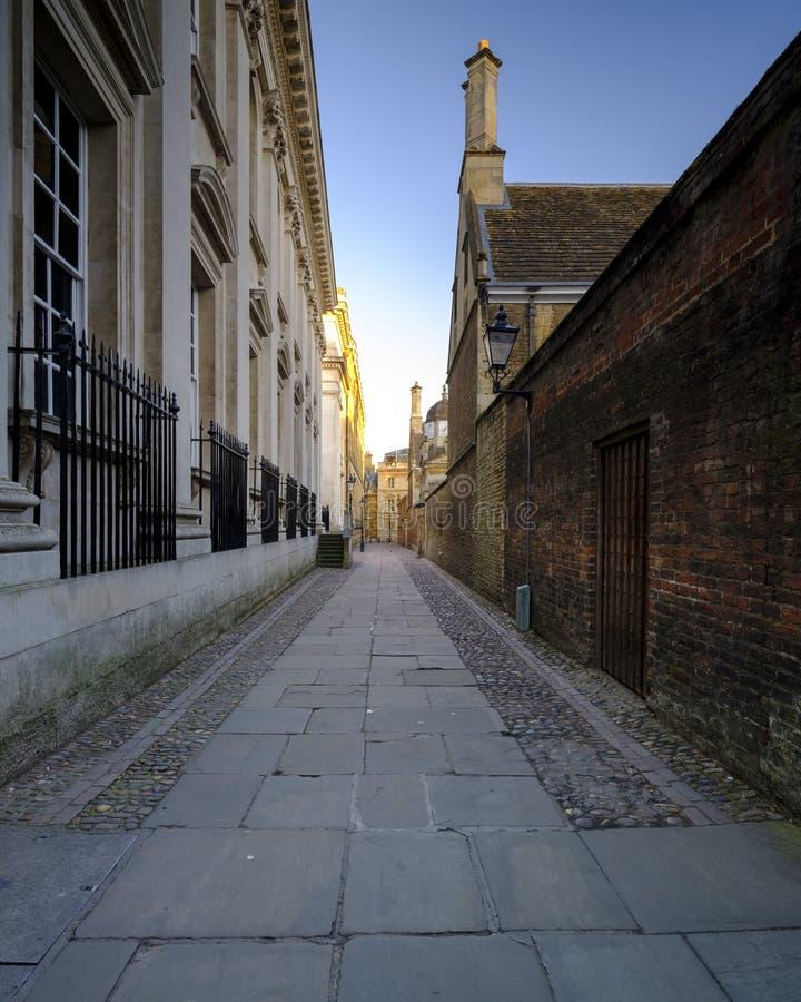 Свет на проходе дома сената, Кембридж лета раннего утра, Великобритания стоковые фотографии rf