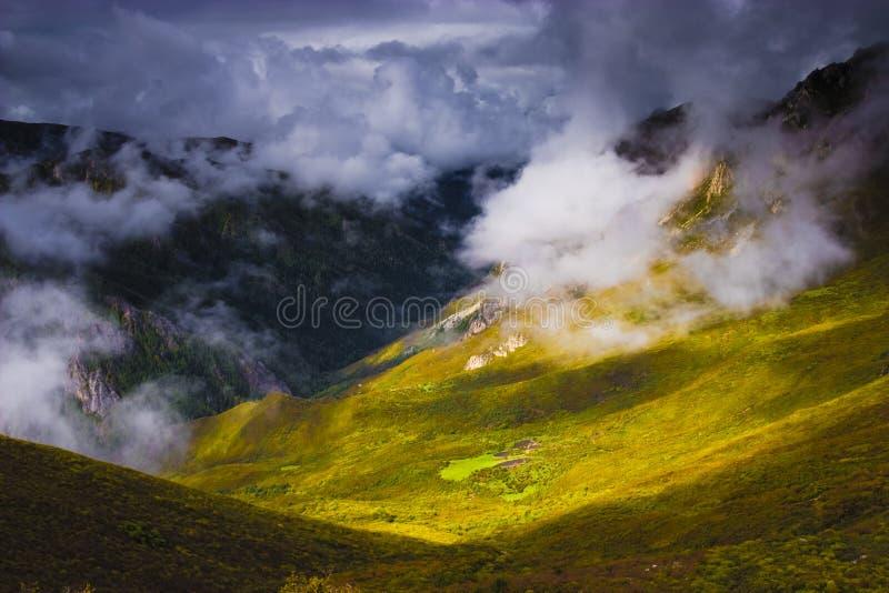 Download свет облаков стоковое изображение. изображение насчитывающей облака - 6851747