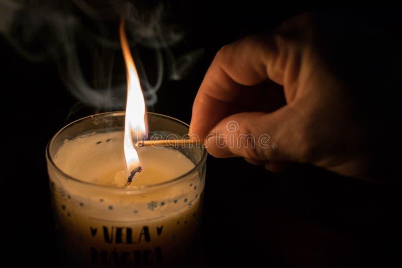 Свет, огонь и волшебная свеча стоковая фотография rf