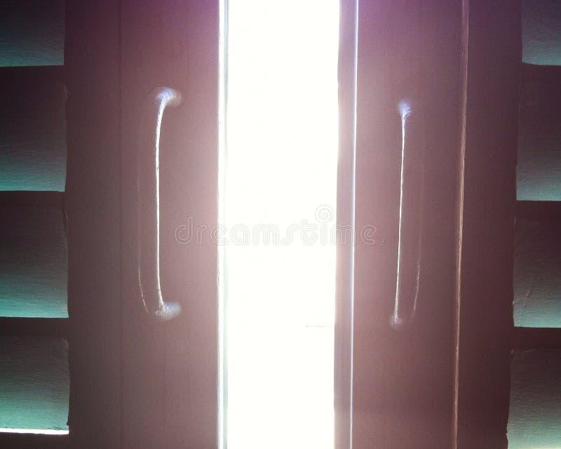 Светлое входя в thrugh ниши штарки окна стоковые изображения rf