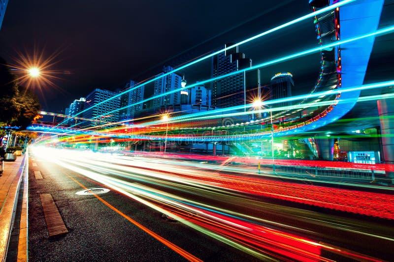 Свет отстает на современной предпосылке здания в фарфоре Шэньчжэня стоковая фотография rf