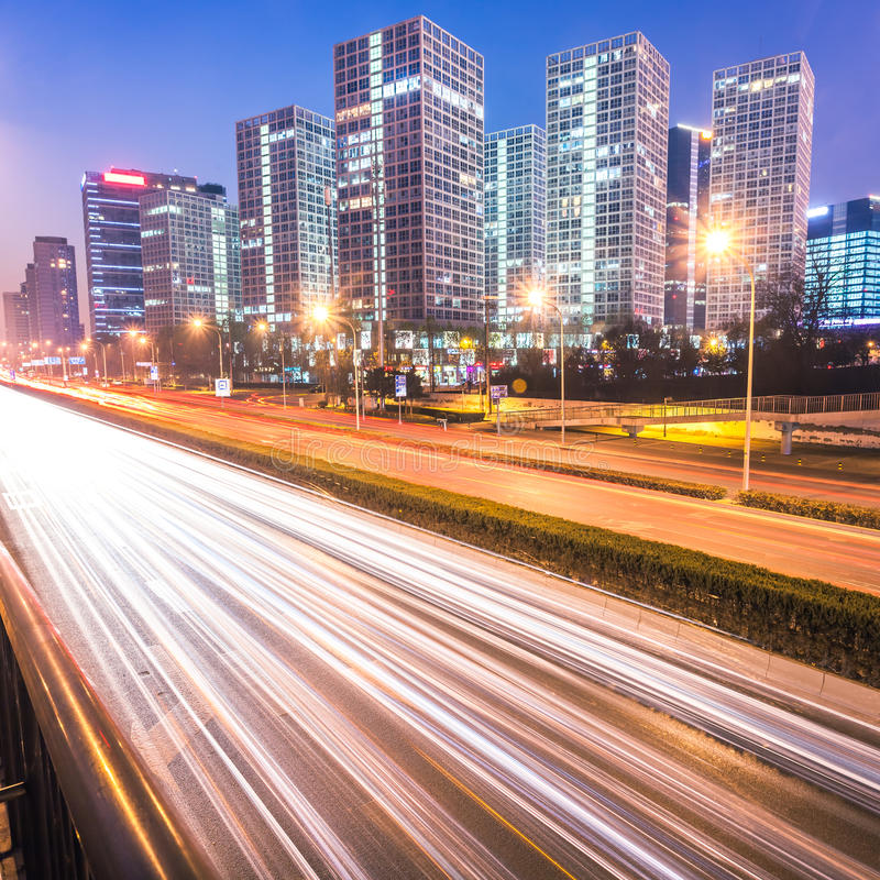 Свет отстает на современном городе на сумраке в Пекине стоковая фотография rf