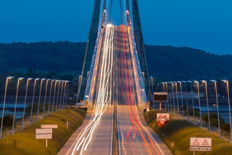 Свет отстает от автомобилей на Pont de Normandie стоковое фото rf