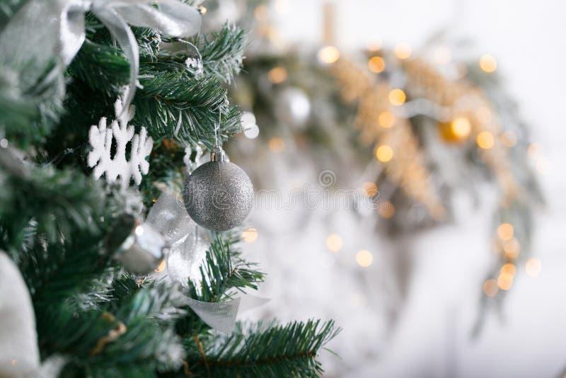 свет от гирлянд Рождественская елка украсила конец-вверх шарика стоковое изображение