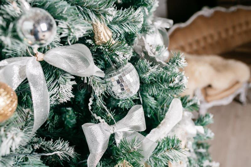 свет от гирлянд Рождественская елка украсила конец-вверх шарика стоковые изображения rf