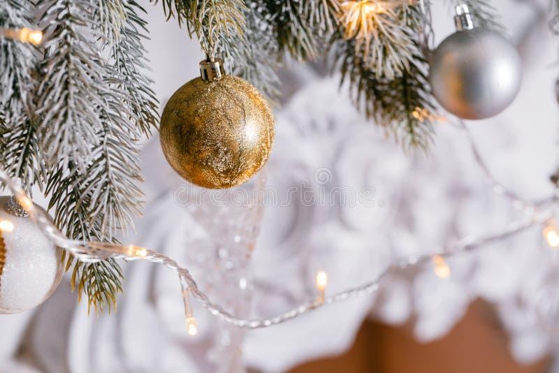 свет от гирлянд Рождественская елка украсила конец-вверх шарика стоковые фото