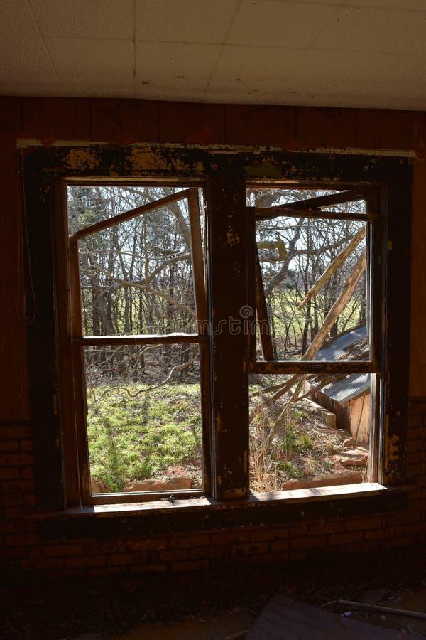 Свет от окна в покинутом доме стоковое изображение