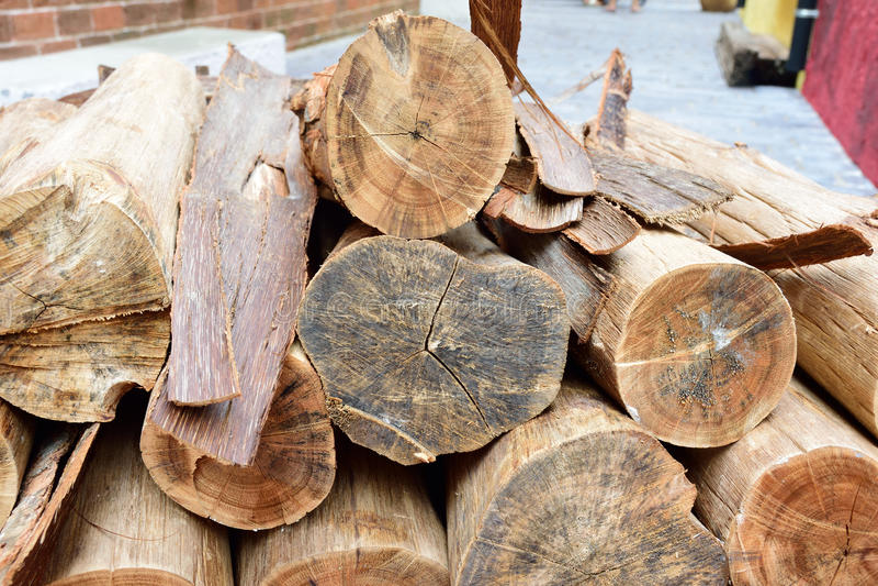свет пожара серый вносит древесину в журнал woodpile стоковые фотографии rf