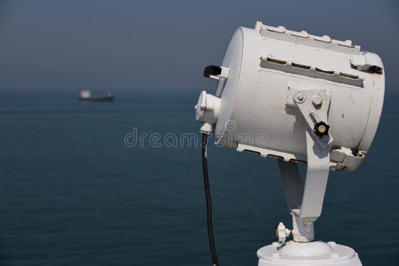 Свет поиска и корабль в расстоянии стоковые фото