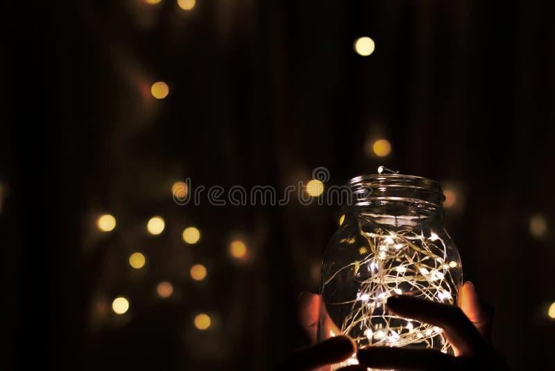 свет приведенный в бутылке с предпосылкой bokeh стоковые изображения rf