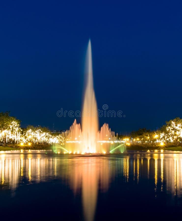 Свет приведенный с фонтаном на ноче стоковая фотография rf