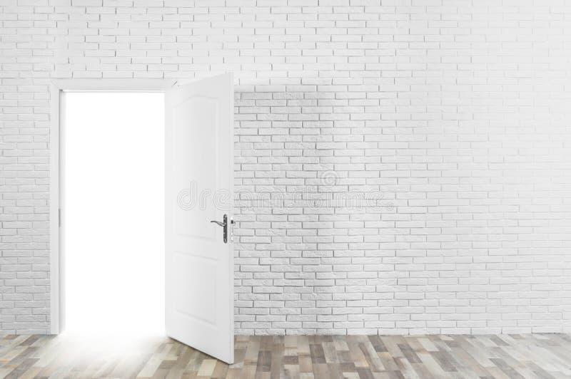 Свет приходя вне через раскрытую дверь в кирпичной стене стоковые фотографии rf