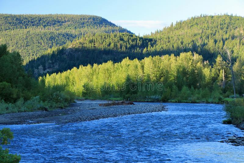 Свет раннего утра светит на холмах и хлопоках вдоль более низкого реки Nicola, Британской Колумбии стоковые изображения rf